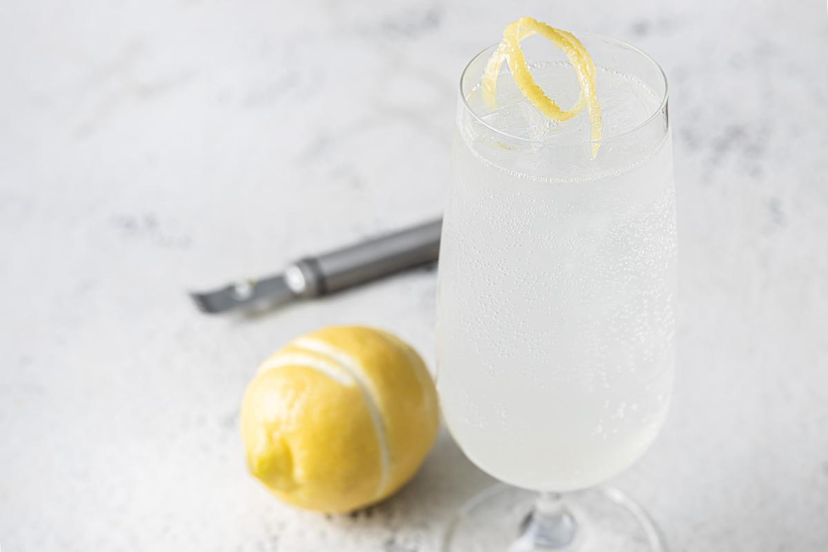 tom collins cocktail with a lemon